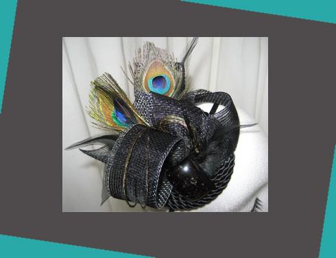 este otro tocado con plumas de pavo real